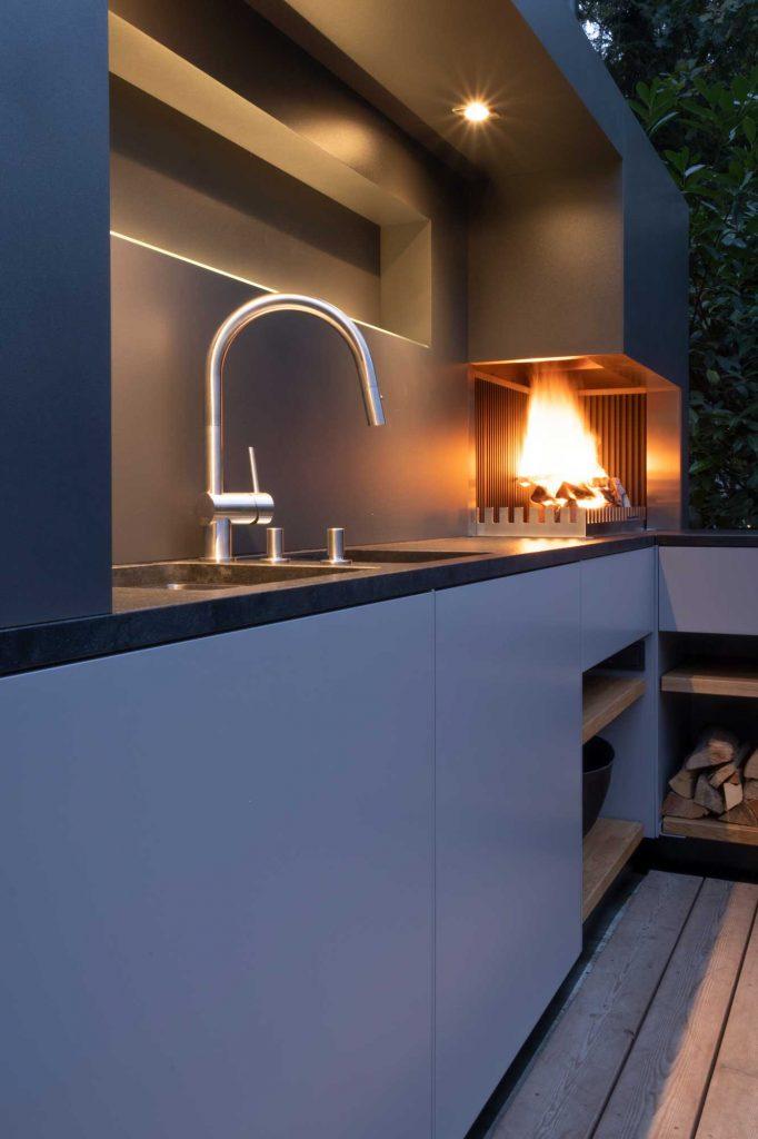 Integriertes Waschbecken und Beleuchtung